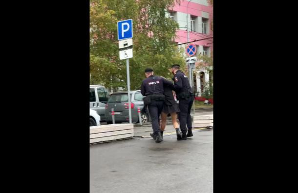 Участниц Pussy Riot задержали зарадужные флаги надне рождения Путина