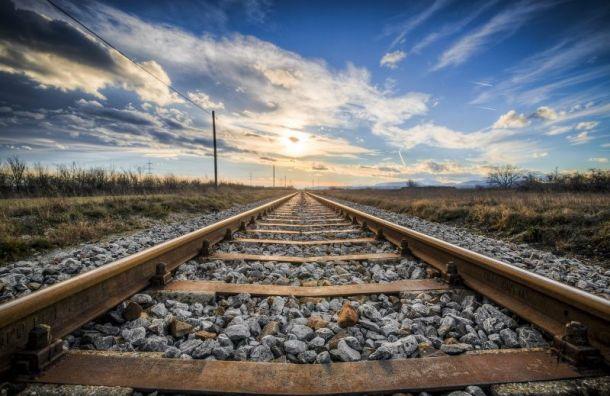 Поезд насмерть сбил 71-летнюю женщину вЛенобласти