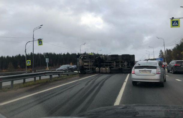 НаМурманском шоссе опрокинулся КамАЗ