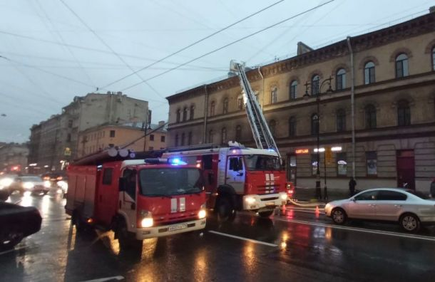 Более 50 пожарных спасают полыхающее историческое здание наКирочной улице