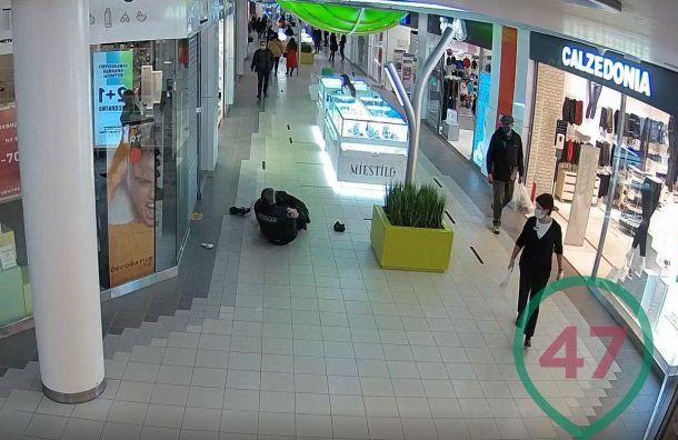 Охранник ипосетитель подрались вТЦ «Академ Парк» из-за маски