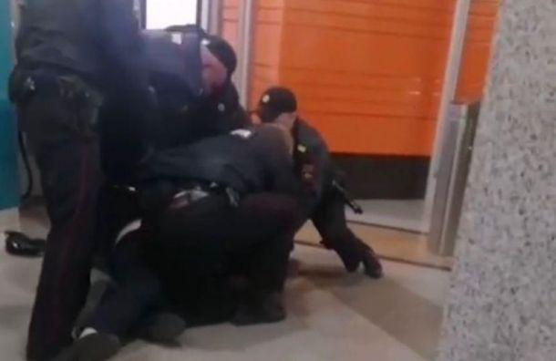 Семеро наодного: полицейские набросились напосетителя метро без маски