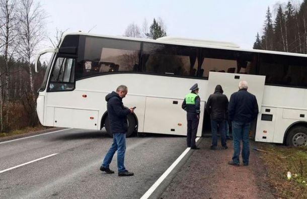 Следовавший вРускеалу автобус стуристами увяз вгрязи натрассе «Сортавала»