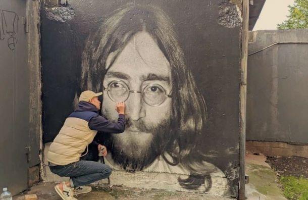 Всквере Цоя появилась фреска сДжоном Ленноном