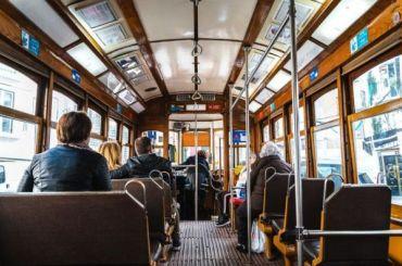 Пассажиры трамвая устроили драку из-за медицинской маски