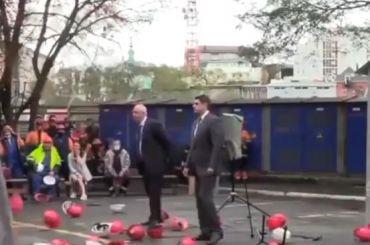 Бастующие докеры воВладивостоке закидали руководство касками