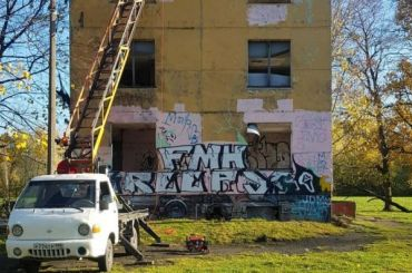 Напетербургских художников написали заявление запопытку украсить заброшенное здание