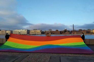 Активисты вывесили радужный флаг упамятника жертвам сталинских репрессий