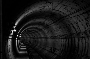 Движение покрасной ветке метро остановили из-за падения человека напути