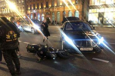 НаНевском Mercedes сбил мотоциклиста