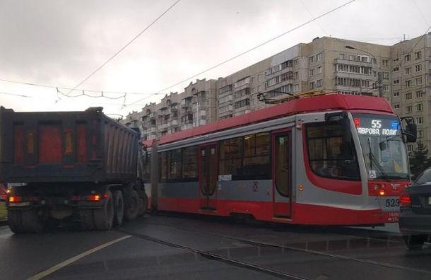 Парнасский путепровод встал после ДТП сучастием трамвая