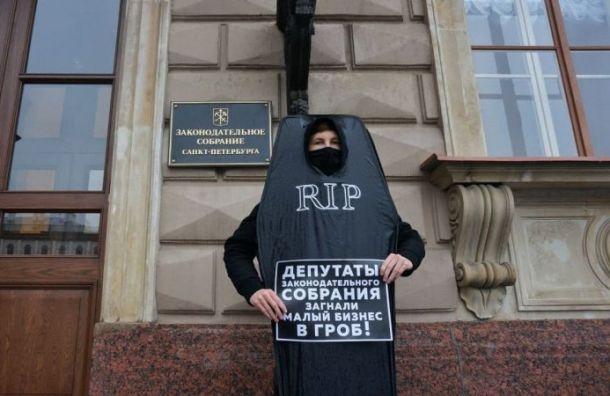 Соцсети: Петербуржца вкостюме гроба задержали уздания ЗакСа