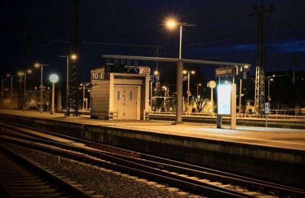 Женщина попала под поезд напешеходном переходе настанции Кушелевка