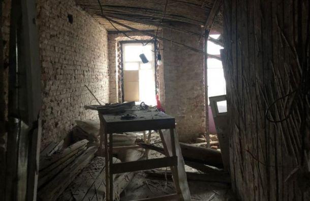 После обрушения потолка издома наВасильевском острове эвакуировали 15 человек