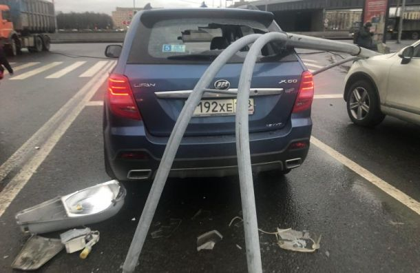 Светофор завалился наавтомобили около Володарского моста