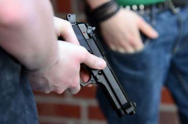 Неизвестный спистолетом ограбил ювелирный магазин вГатчине