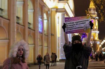 Петербуржцы вышли наулицу поддержать фем-активисток изМосквы