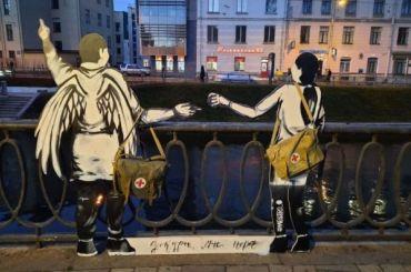 Картонные фигуры ангела имедсестры появились нанабережной Карповки