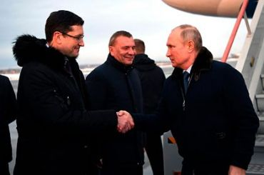 Песков объяснил, почему Путин общался слюдьми без маски