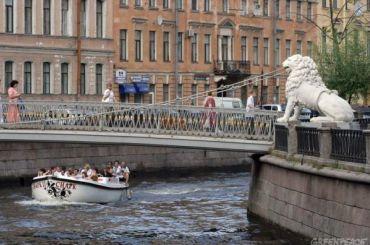 Неизвестные разрисовали маркерами статуи наЛьвином мосту