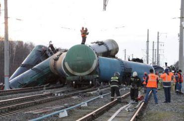 Попути вЛенобласть сошел срельсов товарный поезд смазутом