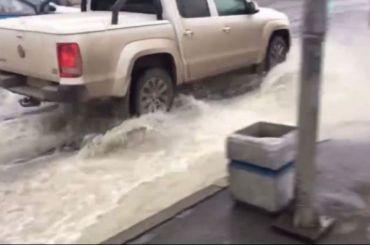 Видео: фонтан воды бьет из-под асфальта наЛенинском проспекте
