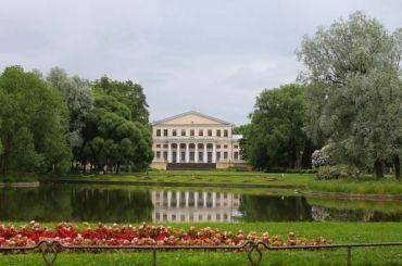 Из-за непогоды вцентре Петербурга закрыли сады искверы