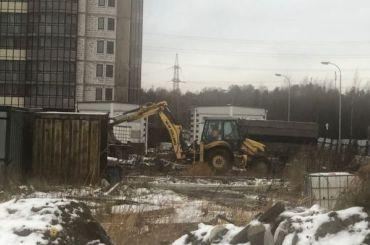 Рабочие вышли надостройку проблемых жилых комплексов наПарнасе
