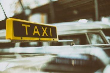 Таксист насильно отобрал телефон усвоей клиентки искрылся