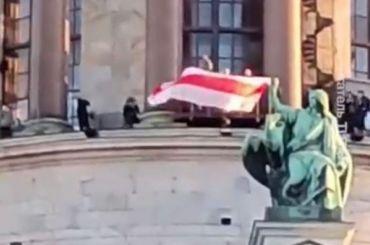Жителей Петербурга оштрафовали зафото сфлагом Белоруссии