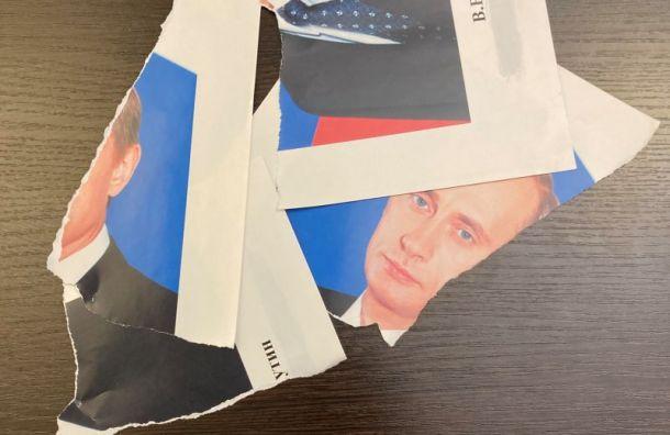 ДепутатМО «Смольнинское» порвал портрет Путина