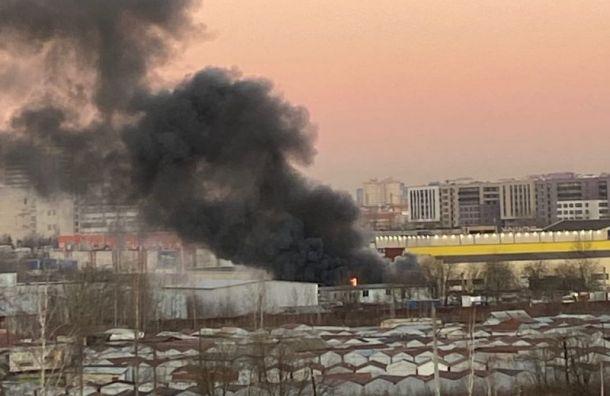 Спасатели ликвидировали пожар настанции техобслуживания наМебельной улице