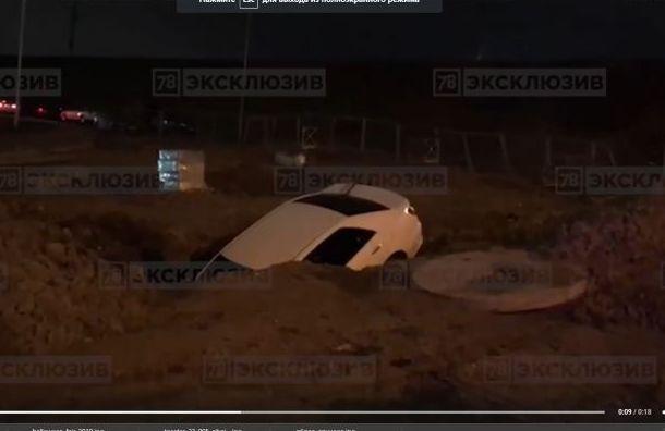 Автомобиль провалился вяму наПулковском шоссе