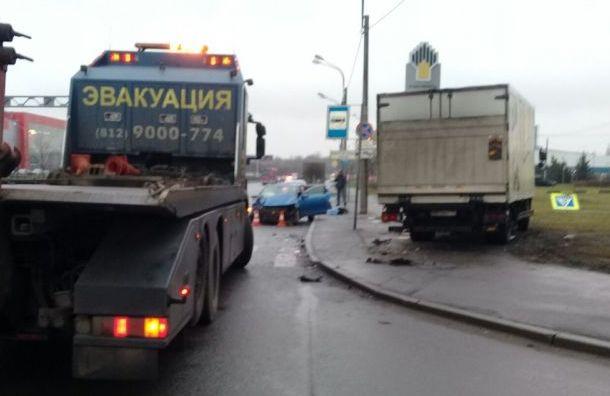 Фургон снес автобусную остановку вКупчине после столкновения синомаркой