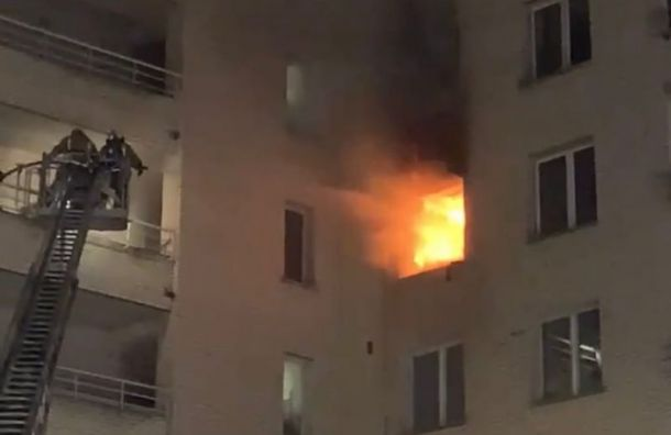 Квартира сгорела наулице Ушинского, петербуржцы жалуются нагустой дым