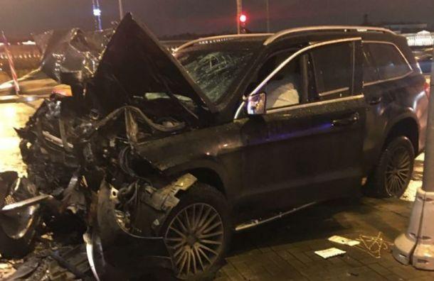 Мужчина зарулем Mercedes погиб вДТП наУниверситетской набережной
