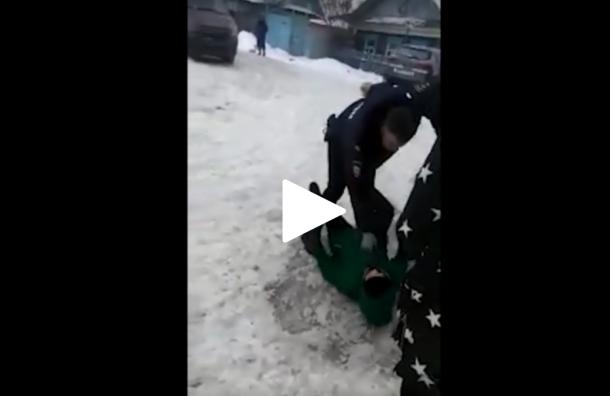 Беременную россиянку заотсутствие маски полицейские протащили поснегу