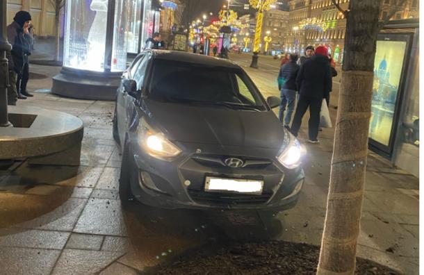 Hyundai вылетел натротуар уГостиного Двора исбил людей