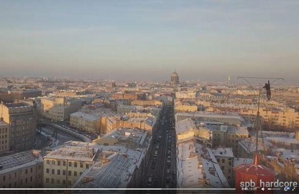 Петербургский экстремал провисел наогромной высоте наодной руке