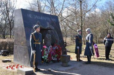 Бездомный разгромил памятник узникам нацизма напроспекте Ленина