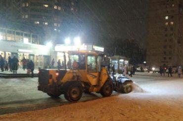 Около 900 единиц спецтехники убирали Петербург после снегопада