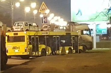 Автовоз подрезал автобус вКалининском районе, копится пробка