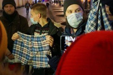 Петербуржцы вышли струсами наакцию вподдержку Алексея Навального