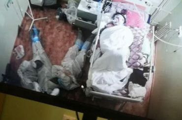 Врачи ютились втроем наполу около пациента, которому ночью стало плохо