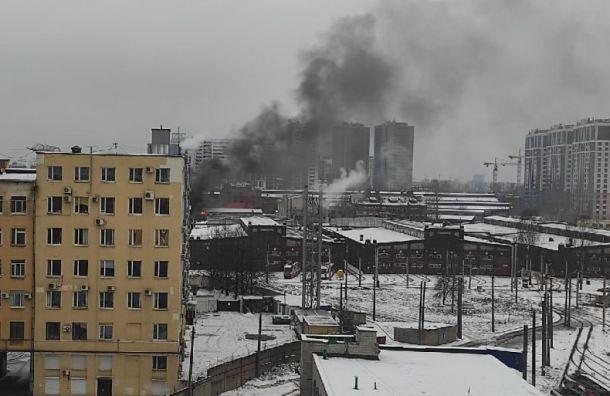 Черный дым валит стерритории трамвайного парка наМосковском проспекте