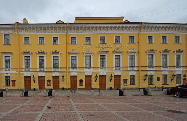 Равнее равных: трем театрам Петербурга разрешили работать наНовый год