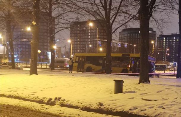 Автобус протаранил столб на Полюстровском проспекте