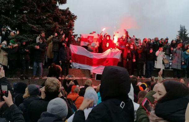 Протестующие зажгли фаеры наМарсовом поле