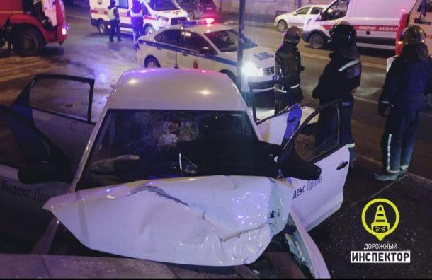 Каршеринговый автомобиль влетел встену, пассажир погиб