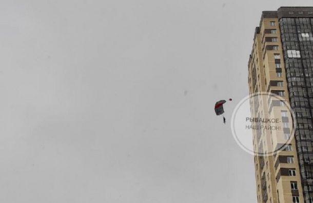 Бейсджамперы спрыгнули с27-го этажа высотки вРыбацком